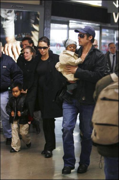 brad_angelina_and_the_children_on_their_way_home-large-msg-114315920602-2.jpg